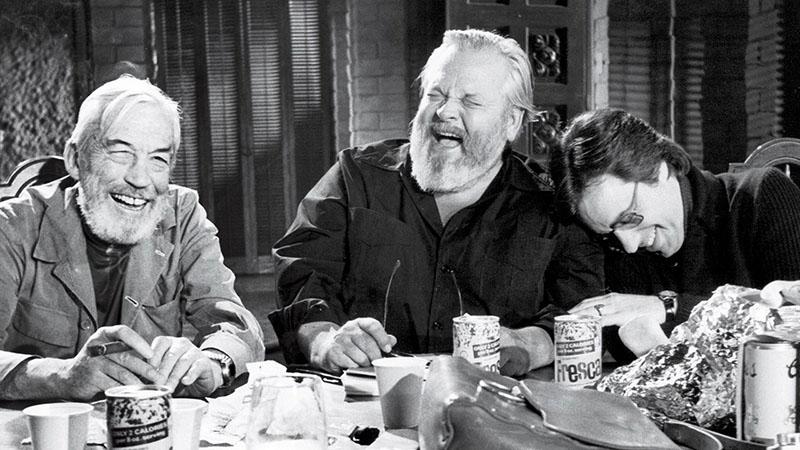 Jóbarátjával, John Hustonnal (balra)