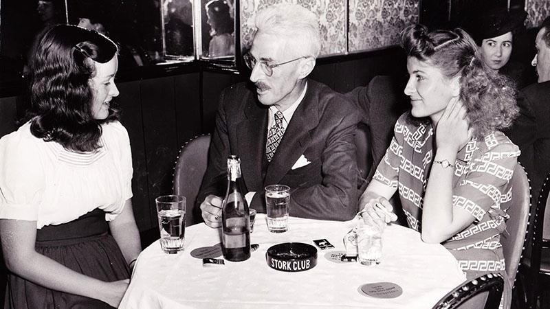 Egy jellemző kép Hammett-ről, nők, ital és cigaretta