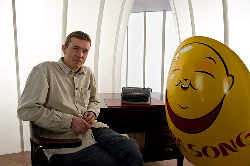 David Mitchell a Felhőatlasz-film kellékével