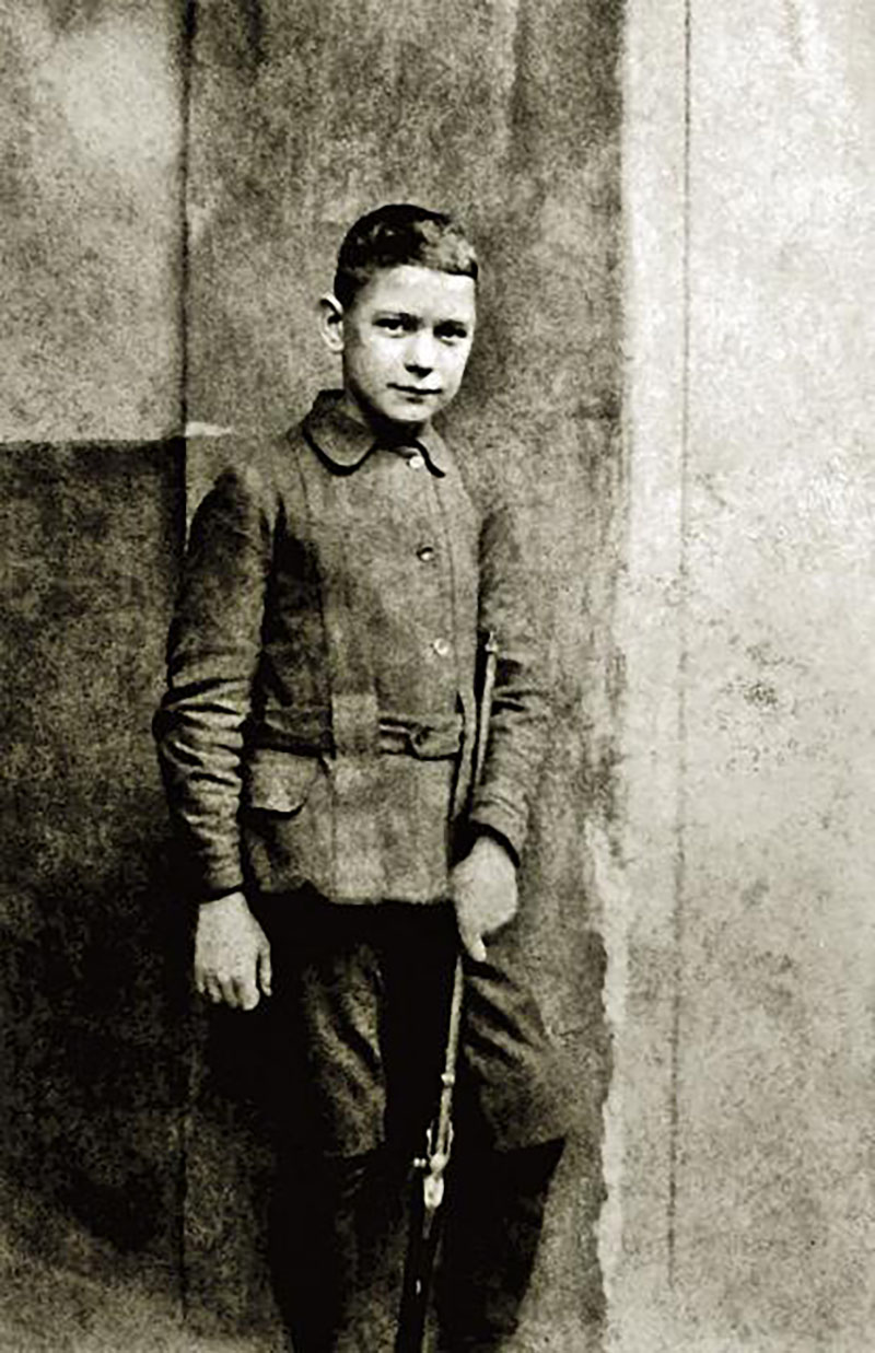 József Attila puskával, 1919 ősze (József Jolán fotója)