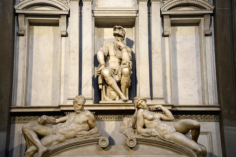 Michelangelo: Alkony és Hajnal, Lorenzo di Medici síremléke (Medici-kápolna, Firenze)