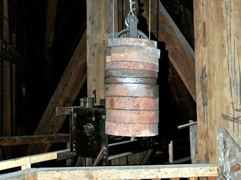 A toronyóra eredeti ellensúlya a huszártoronyban