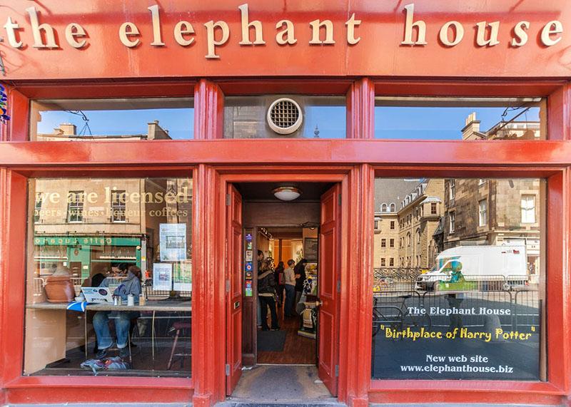 J. K. Rowling többek között a The Elephant House kávézóban is dolgozott a Harry Potter és a bölcsek kövén.