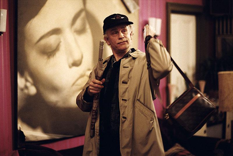 John Malkovich Alan Conway szerepében a Kubrick-menet című filmben