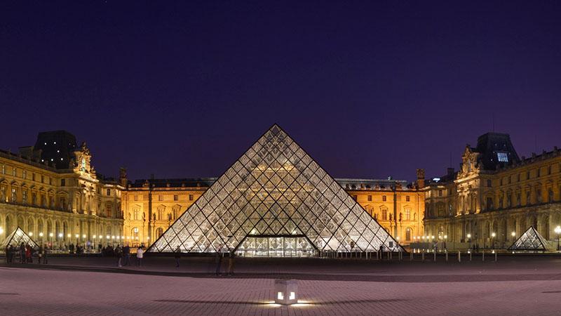 A piramis, és mögötte a Louvre 816 éves kastélya