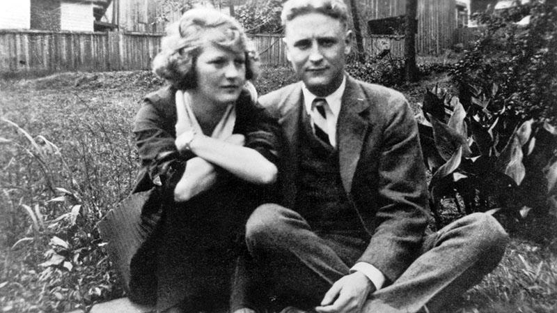 Zelda és Scott 1919-ben a Sayre család otthonának kertjében
