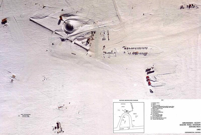 A tábor és az obszervatórium, Marks testére a kettő közt félúton találtak rá