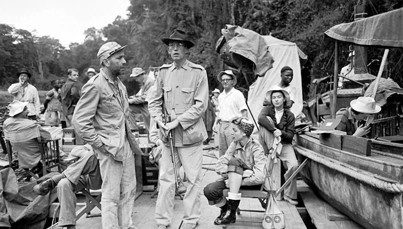 Bogart és Huston (középen) a forgatási szünetben