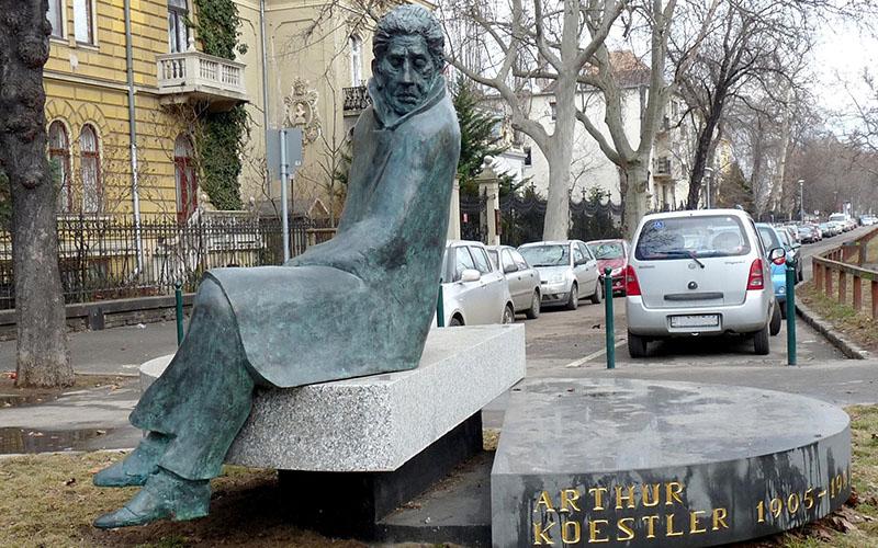 Arthur Koestler szobra Terézvárosban a Lövölde téren