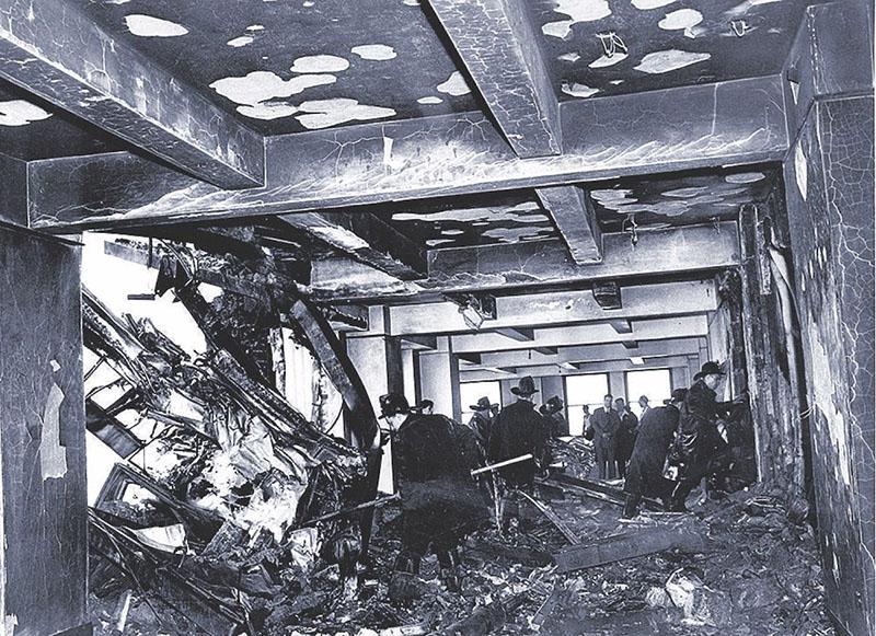 A gép beszorult és kiégett maradványai