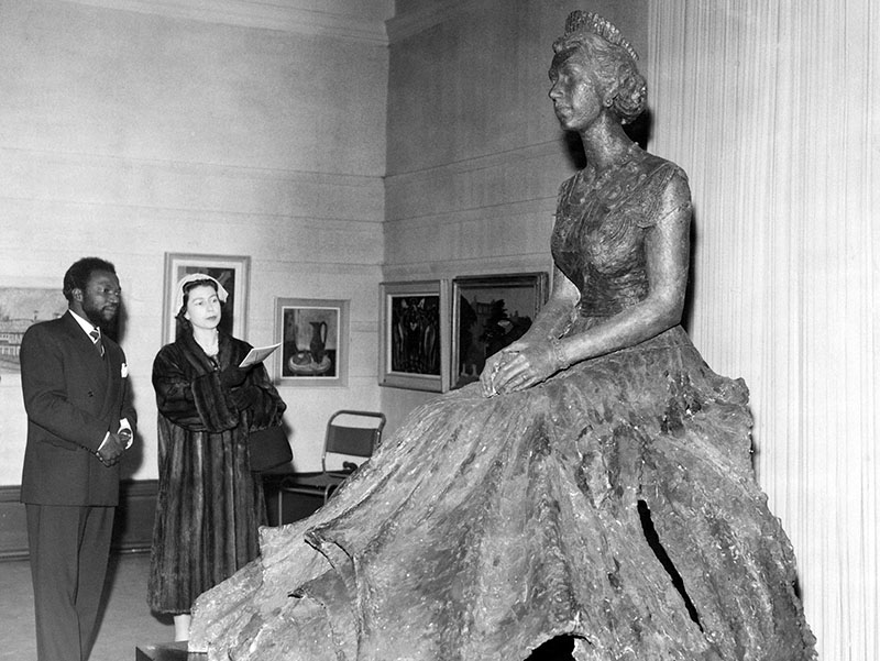 Enwonwu szobra II. Erzsébetről, és maga a modell
