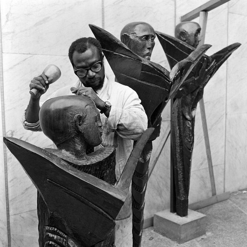 Ben Enwonwu 1961-ben a műtermében