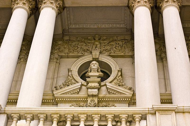 Franklin szobra a Kongresszusi Könyvtár homlokzatán