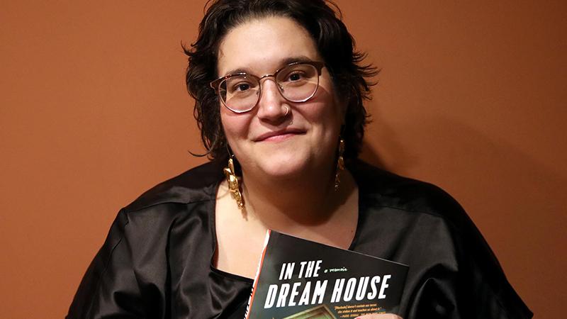 Az írónő az új kötetével