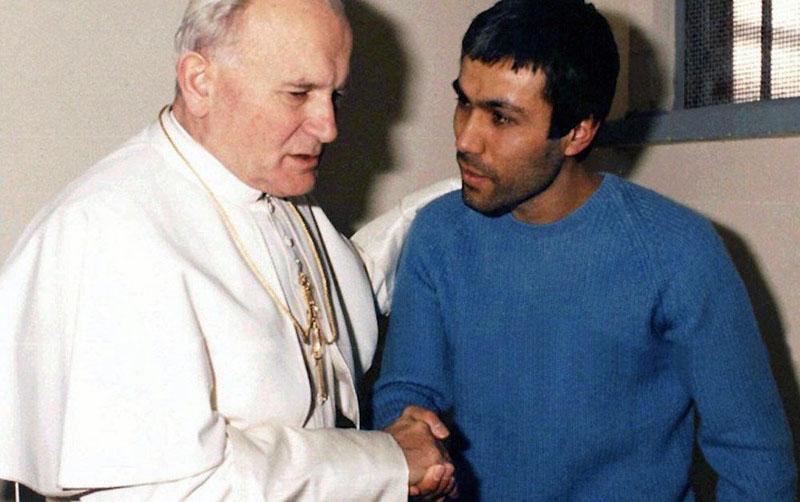 II. János Pál pápa, és az ellene elkövetett sikertelen merénylet végrehajtója, Ali Agca