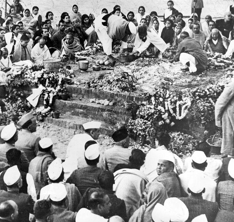 Sok ezres menet Mahátma Gandhi temetésén