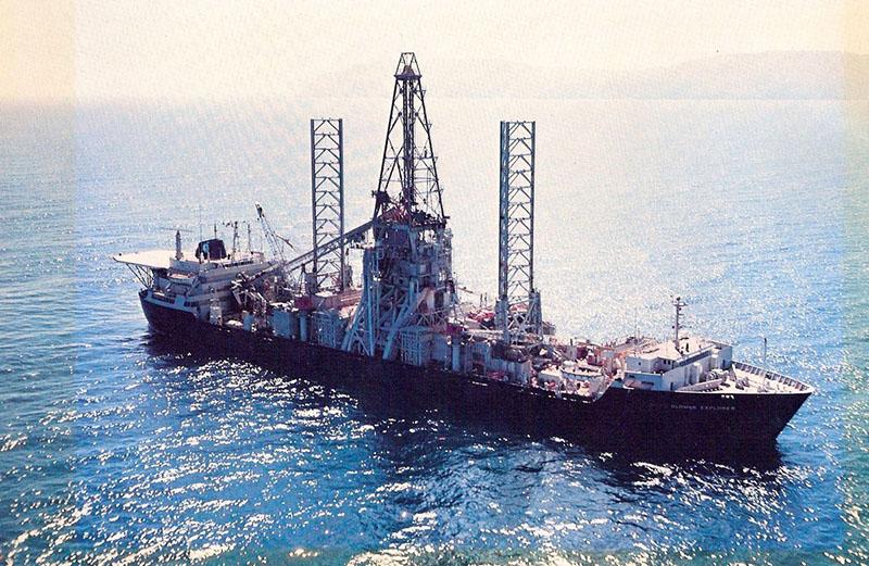 A Glomar Explorer, közepén a hatalmas daruval, mely a hajó nyitható gyomrán át nyúlt a vízbe