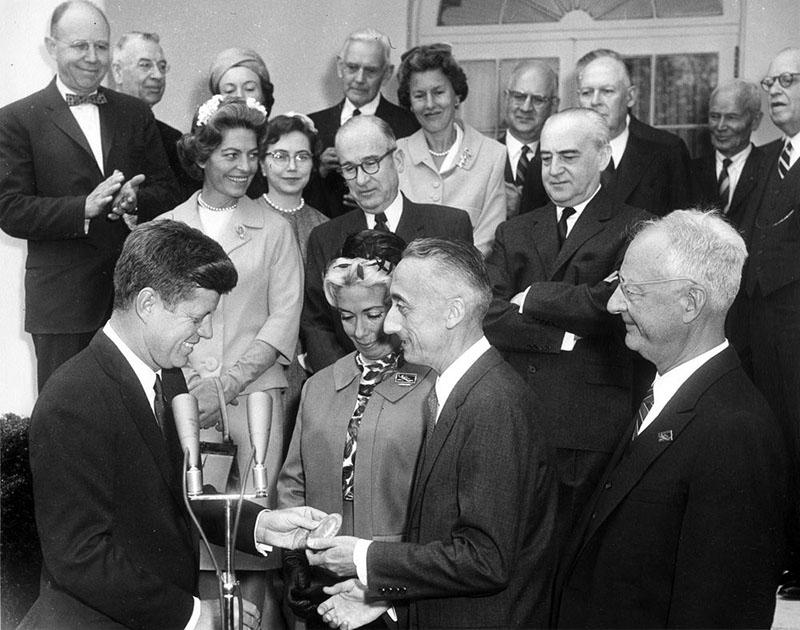 Kennedy elnök kitüntetést ad át Cousteau kapitánynak
