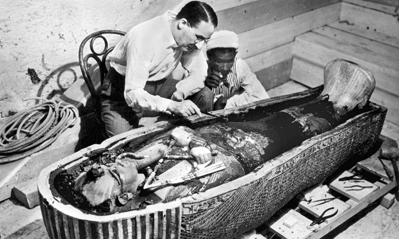 Carter vizsgálja Tutanhamon szarkofágját nem sokkal a feltárás után