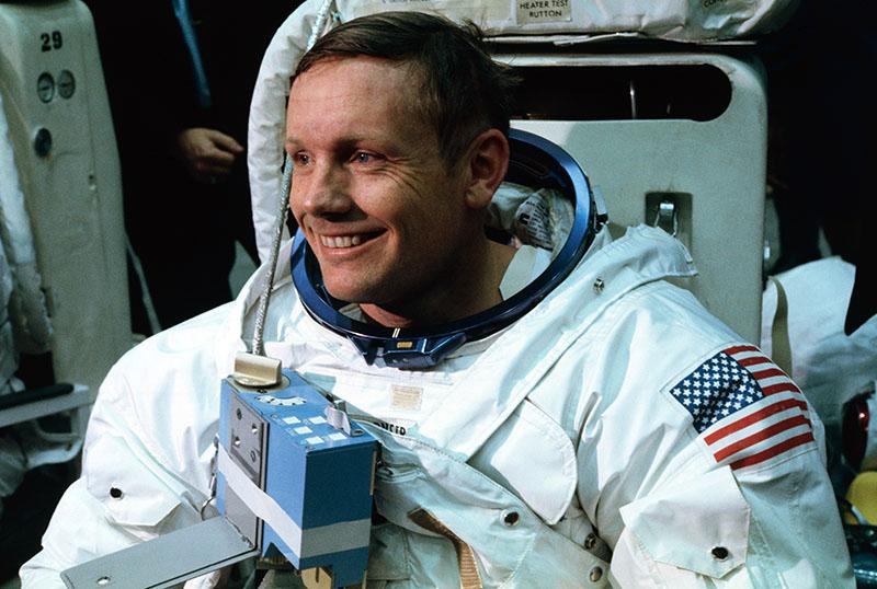 Neil Armstrong a szimulátorban, a landolást gyakorolva