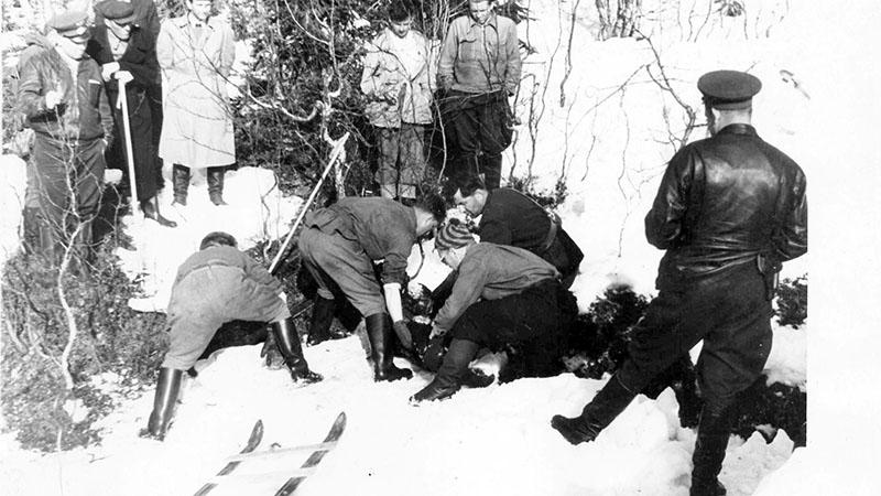 Holttestek mentési munkálatai, a fotók a Szovjetunió összeomlása után lettek nyilvánosak