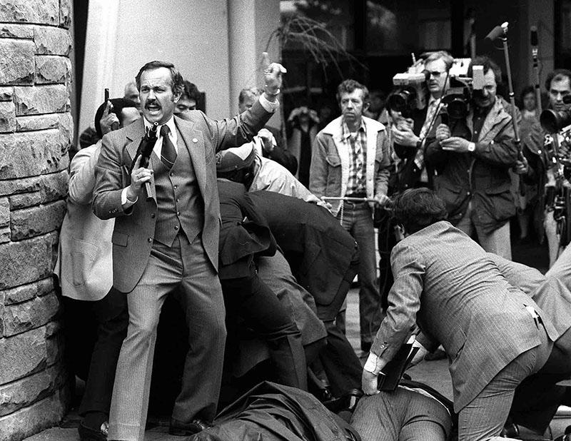 A lövések utáni percek. A kupac alján Ronald Reagan