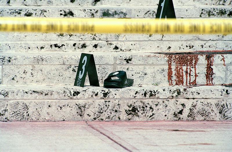 Gianni Versace vére a villája előtti lépcső kövezetén