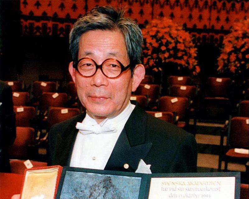 Óe Kenzaburo az irodalmi Nobel-díj átadásán