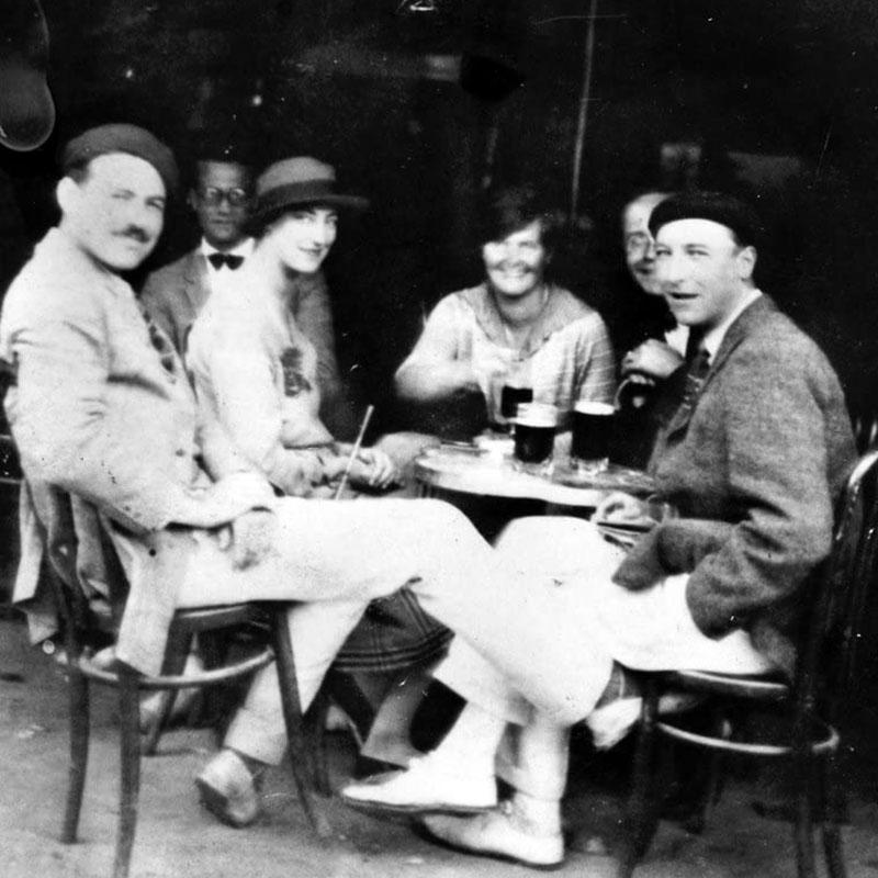 Hemingway (bal oldalt) barátai körében 1923 környékén Pamplonában