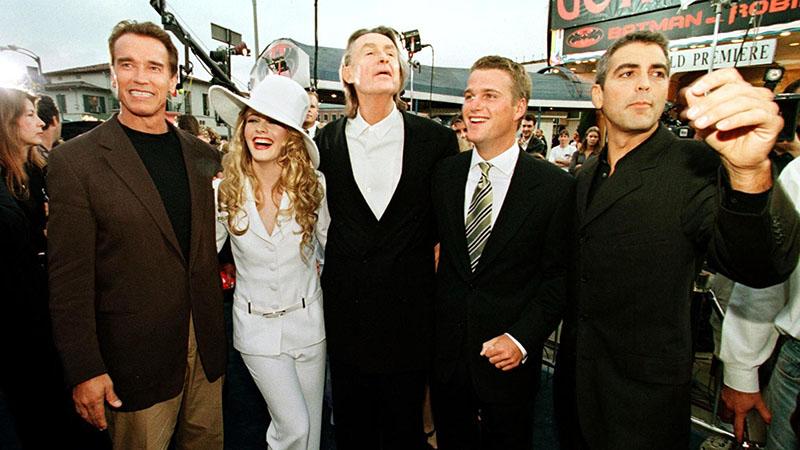 Joel Schumacher (középen) és a Batman és Robin szereplői a díszbemutatón