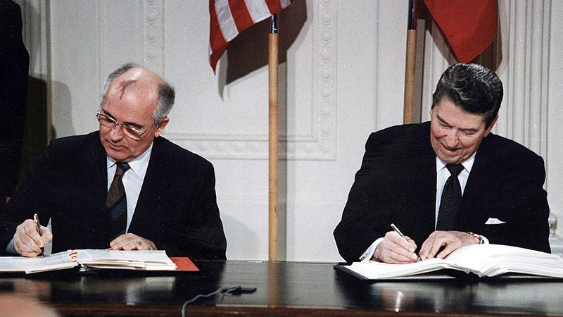 Mihal Gorbacsov és Ronald Reagan az INF-szerződés aláírásakor