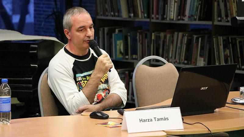 Harza Tamás előadást tart