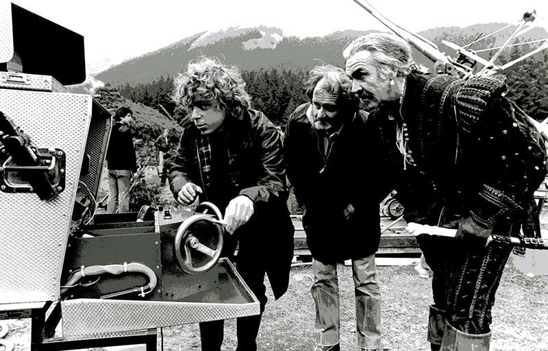 Sean Connery és Mulcahy nézik vissza a felvételeket
