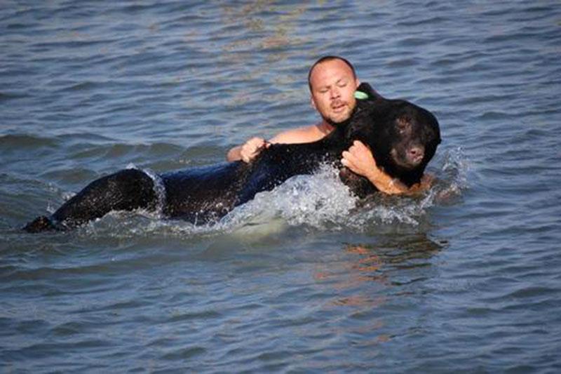 Warwick gondolkodás nélkül ugrott a vízbe a medve után