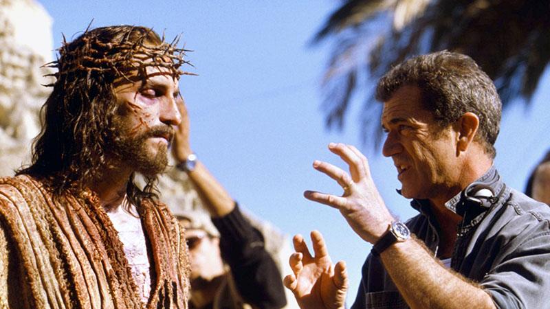 Mel Gibson dirigálja Jim Caviezelt A passió forgatásán