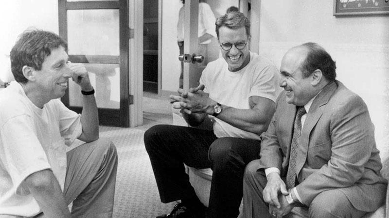 Danny deVito és Arnold Schwarzenegger a Junior forgatásán