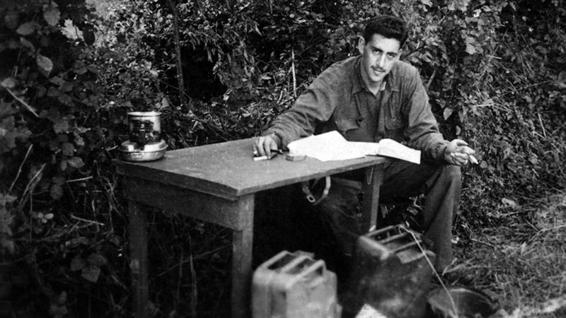 A csatatérre készülve, az asztalon a Zabhegyező kezdetleges kézirata