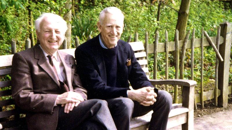 Az egyik ismert kép az idős, elvonultan élő szerzőről (jobbra)