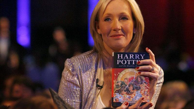 J. K. Rowling 1 millió fontot adományoz a vírus elleni harcra