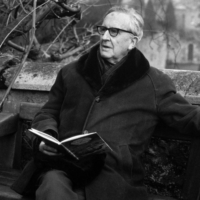 Tolkien kezében A hobbit kiadásával