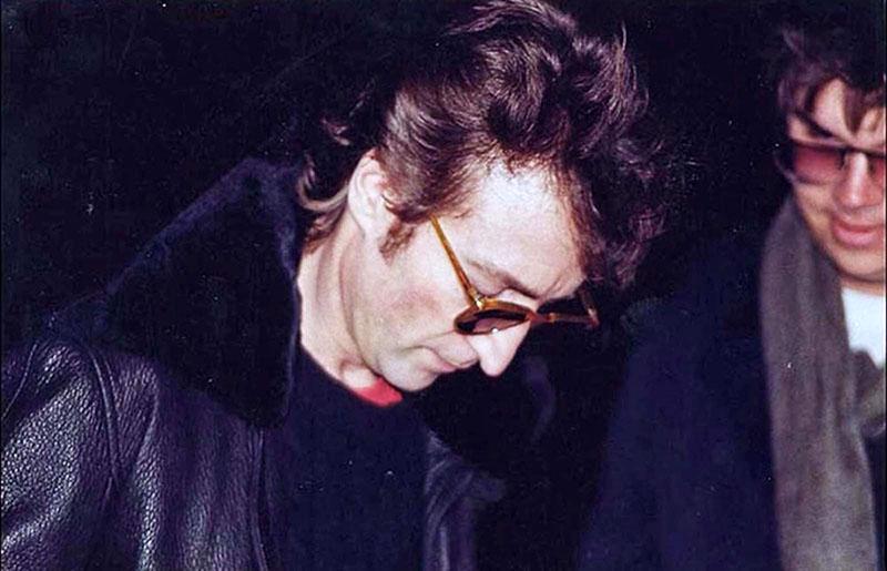 Lennon a halála napján, jobbra tőle a merénylője, Mark David Chapman