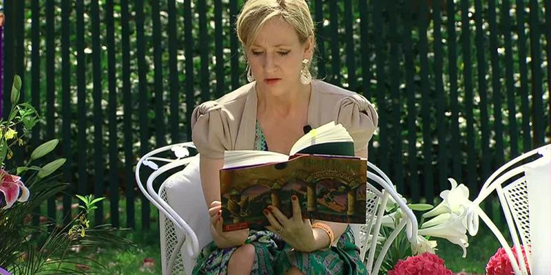 Rowling itt éppen gyerekeknek olvas fel a Harry Potter első részéből