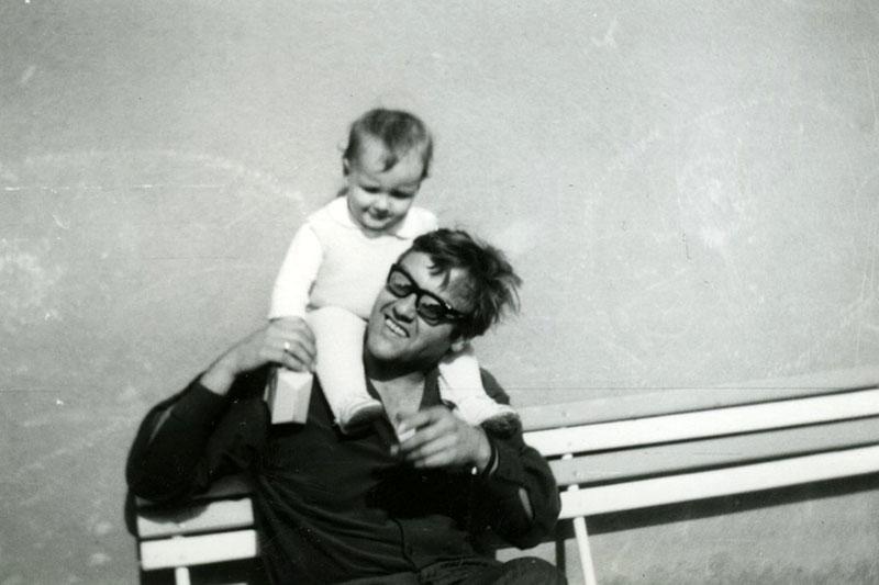 Az íróról fellelhető kevés fotó egyik, gyermeke társaságában