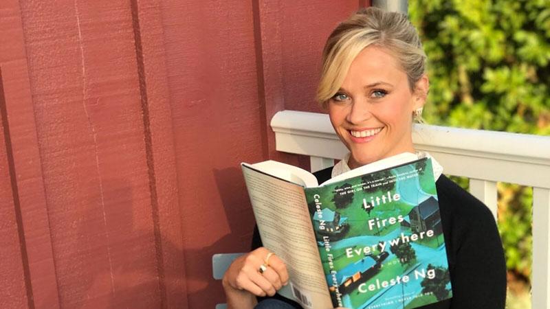 Reese Witherspoon itt épp Celeste Ng regényét olvassa