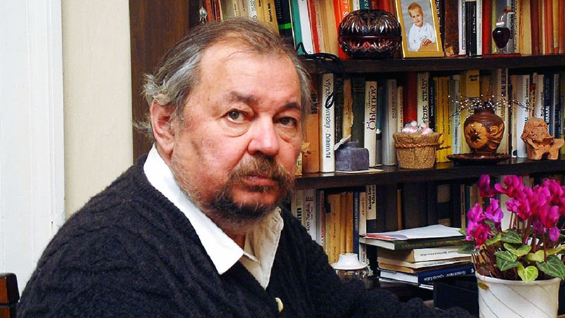 Az író, meseíró a könyvtárában (MTI fotó)