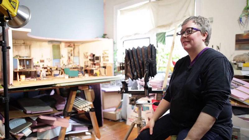 A művésznő a műtermében