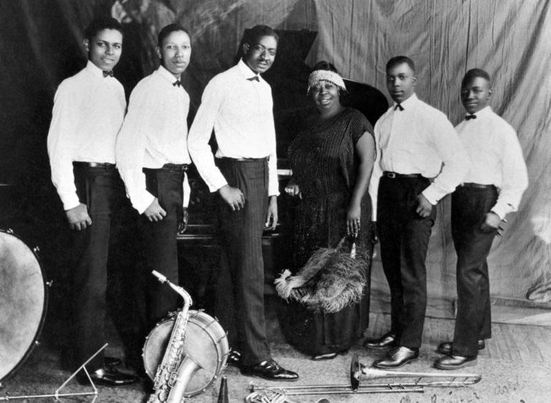 Ma és a zenekara, balról jobbra: Ed Pollack, Albert Wynn, Thomas A. Dorsey, Ma Rainey, Dave Nelson és Gabriel Washington 1923-ban.