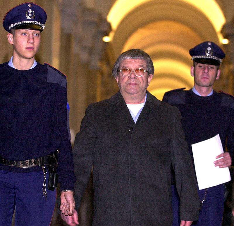 Pándy András belga rendőrök gyűrűjében