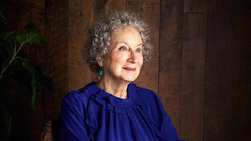 Margaret Atwood kezdetben tartózkodott az ötlettől, mert nem érezte, hogy képes lenne rá