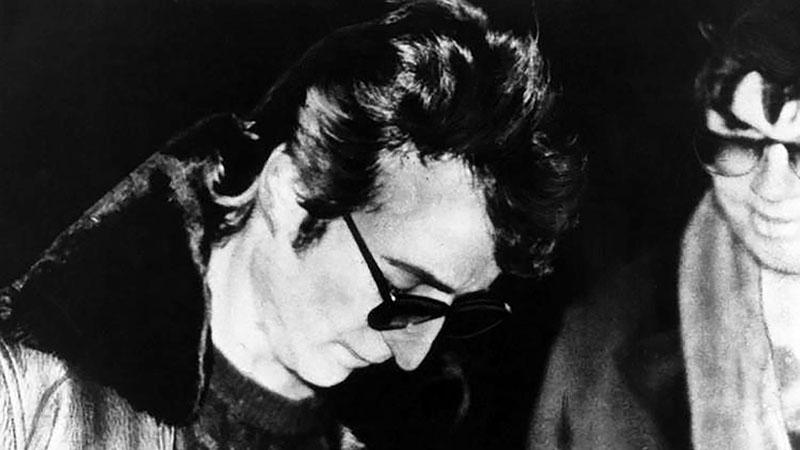 Lennon néhány órával a halála előtt dedikálta Chapmannek (jobbra) az egyik lemezét